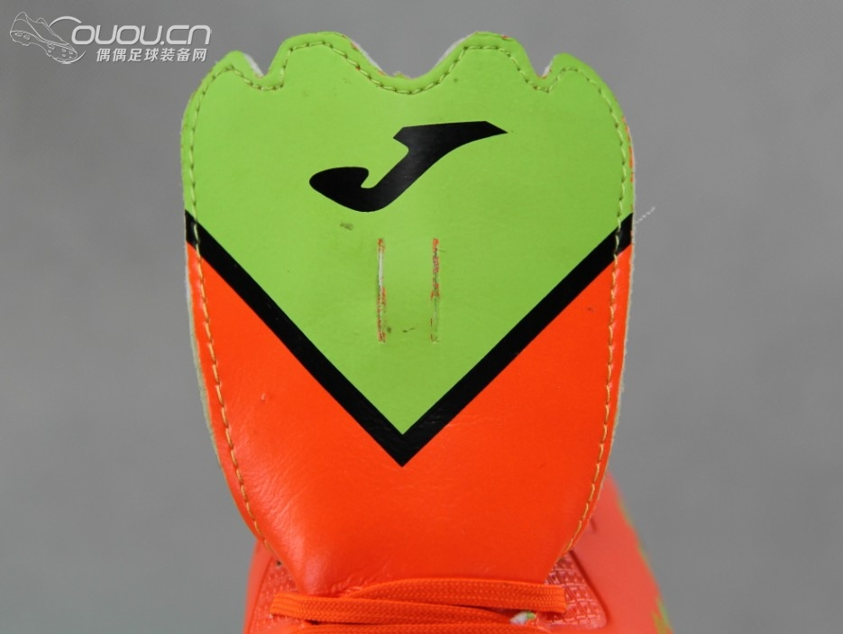 鞋舌正面有巨大的v字形图案,无透气孔设计,顶端印有joma的logo.