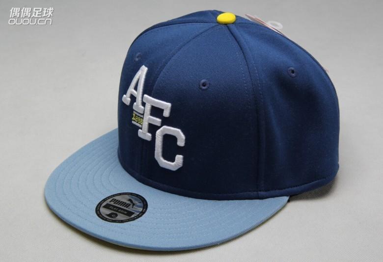 帽子中间绣有afc象征阿森纳俱乐部的缩写