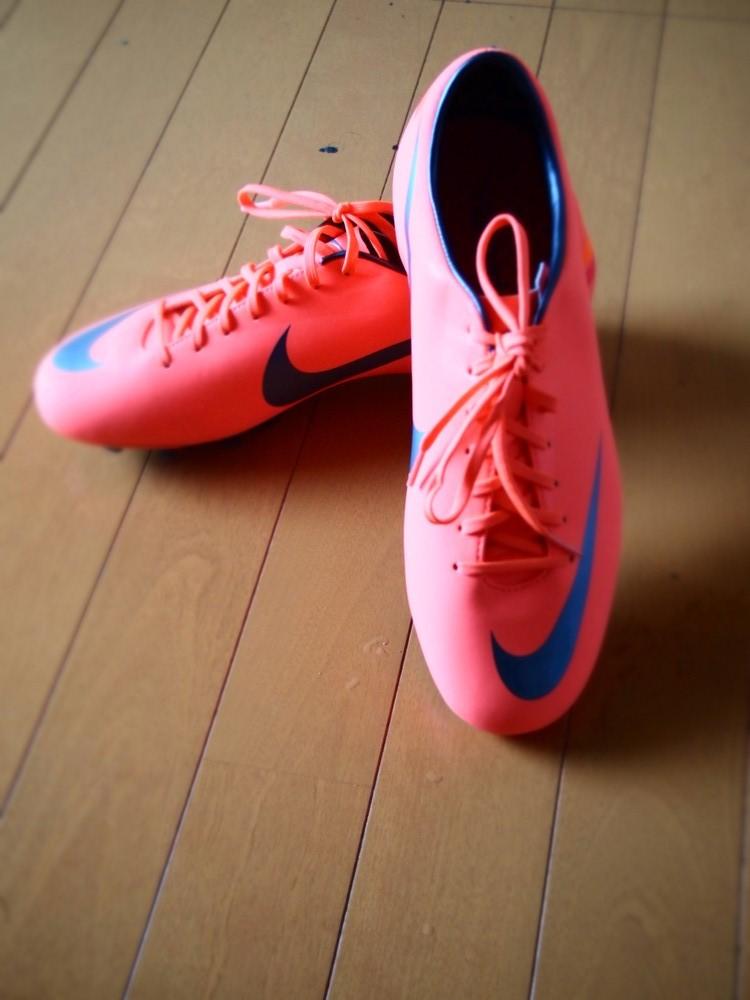 日本刺客8hg-v!樱花下奔跑!|足球鞋评测