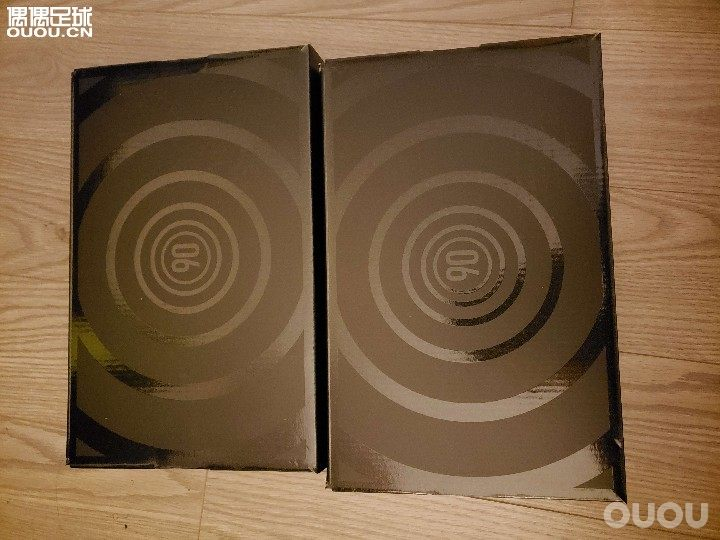 FR6 开箱速评+上脚感受NIKE TOTAL 90 LASER SE FG 打开快递箱 就是出现的黑盒和经典的T90的标志和圆圈