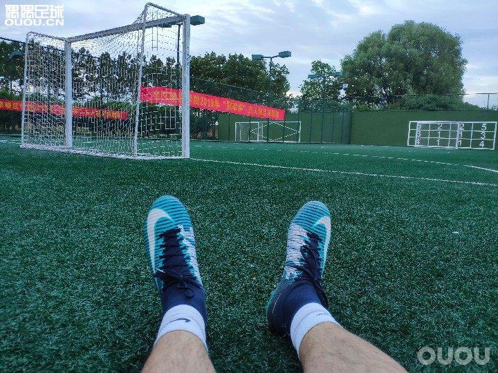 在那种草很长但是颗粒没有多少的球场,该选择什么鞋钉呢?