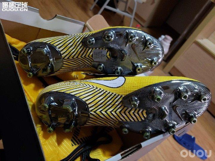 真的好鞋 变向踩拉 颠球 都很棒 就是感觉上面没有热熔膜的地方有些不结实 真乃好鞋