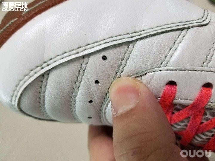 """日系袋鼠系球鞋有个缺点,就是""""衰老""""太快!Desporte这鞋才踢了三场,外观就像踢了几十场老鞋似的。"""