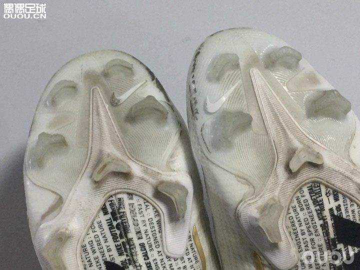 咨询下偶友们清洁方法:这鞋头刮蹭到的黑渍,鞋底缝隙间灰尘如何清洁。抹布擦不掉wuwu眼泪!