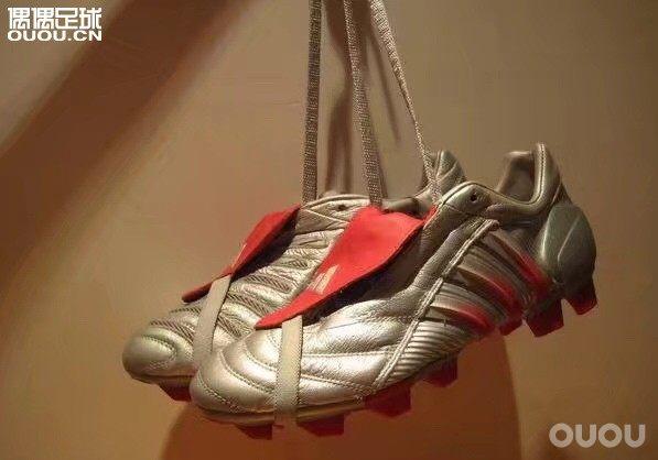 偶然打开QQ空间 看到大学时光穿过或者吃一个月馒头 方便面攒钱买来的球鞋