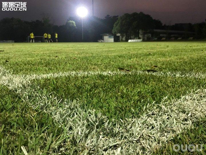 时隔半年再下真草,今晚这片场地都被我承包了大家过节有没有继续踢球啊?