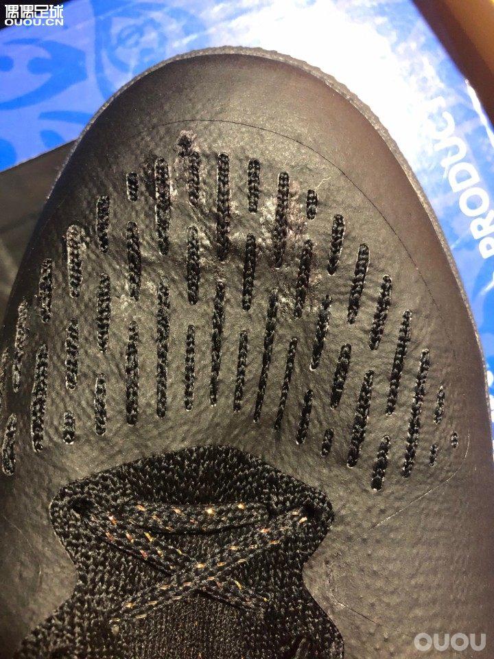 刺客12超顶tf,左脚涂层和织物贴合紧密,但是右脚的涂层却和织物分开了,都可以捏起来