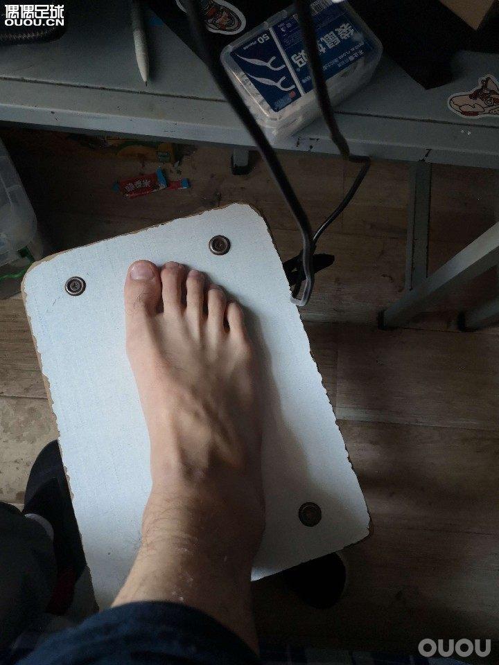 之前买过messi16.2俩边夹脚,所以也不清楚是不是宽脚
