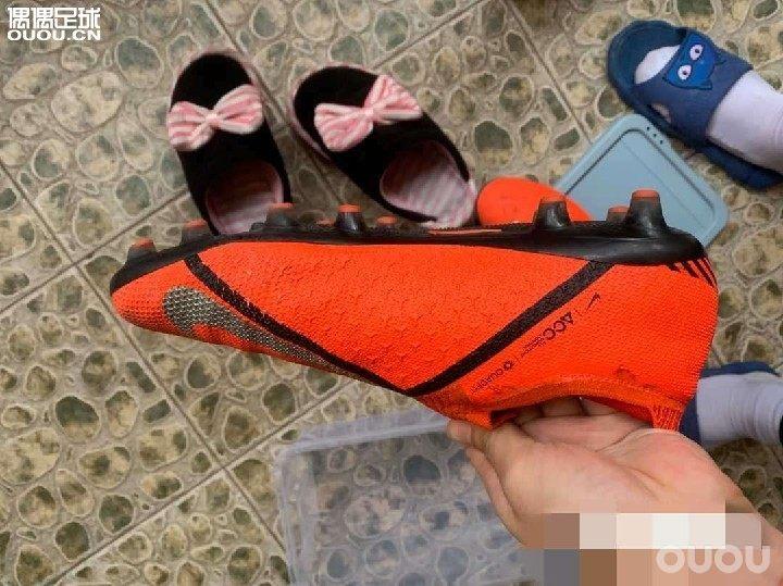 请老哥帮忙看一下这双鞋正不正,另外520买贵了吗